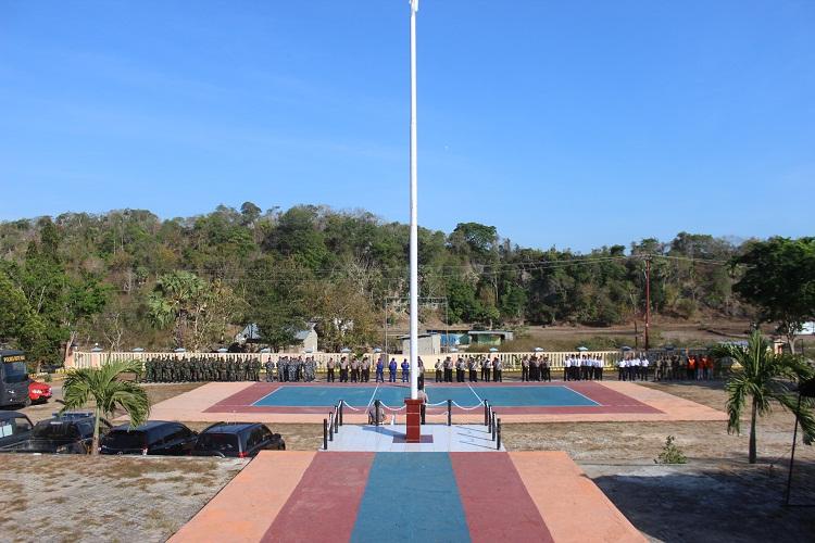 Kapolres Rote Ndao sematkan pita tanda operasi dalam upacara gelar pasukan