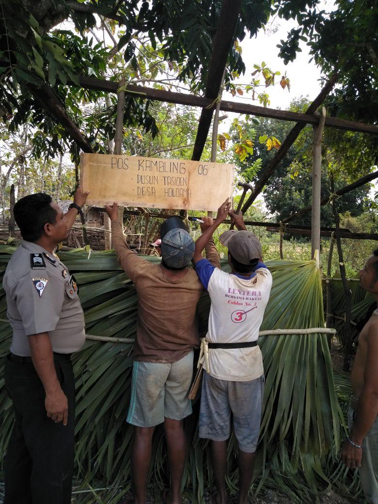 Bhabinkamtibmas Desa Holoama hadir guna bantu warga desa binaannya dirikan Pos Kamling