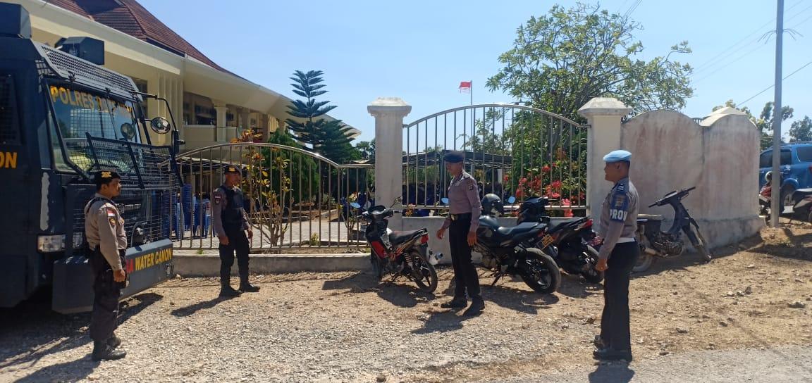 Polres Rote Ndao Terjunkan Puluhan Personel Amankan Sidang Paripurna DPRD Kabupaten Rote Ndao