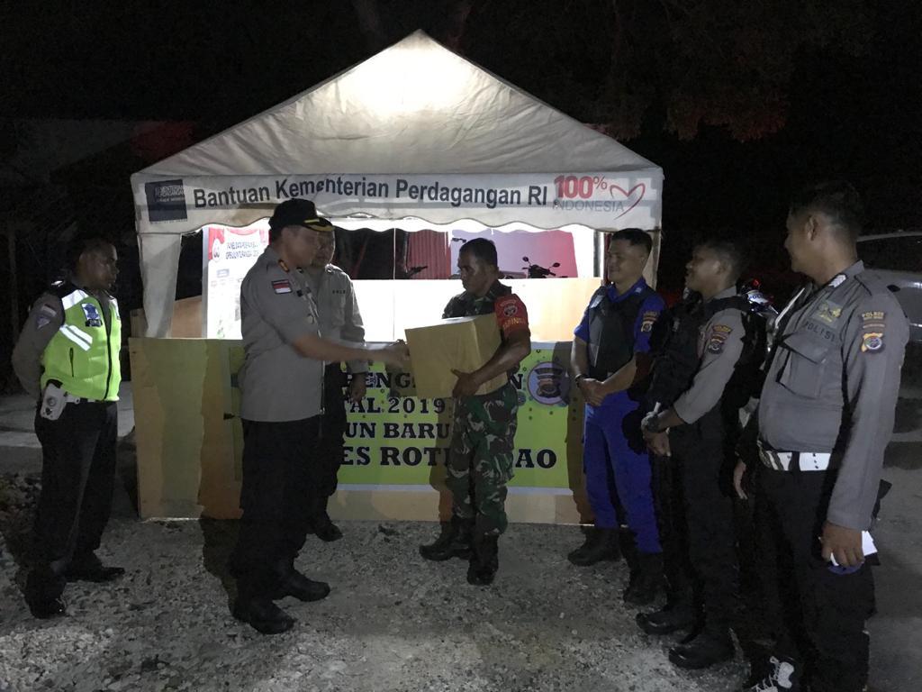 Personel Pos Pengamanan Dapat Kado di Malam Pergantian Tahun Dari Kapolres Rote Ndao