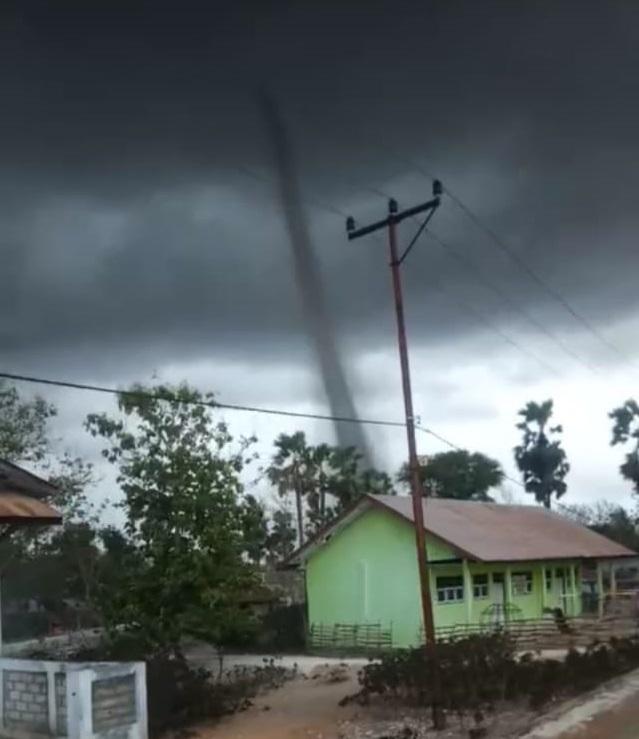 Terjang Desa Meoain, Angin Puting Beliung Menggemparkan Warga