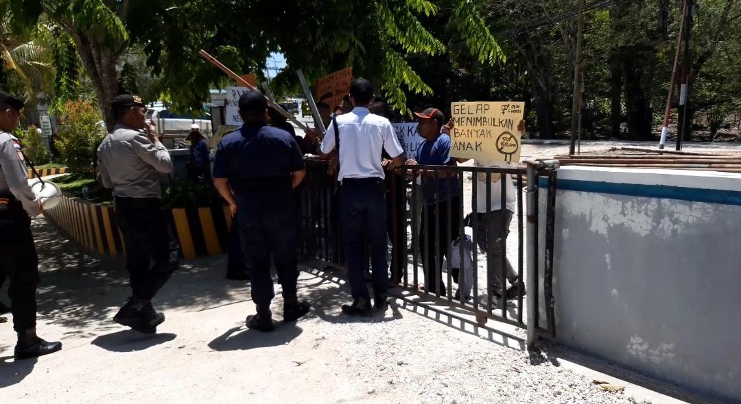 Belasan Personel Satuan Sabhara Polres Rote Ndao Siaga Di Pintu Gerbang Kantor PLN Rote, Ada Apa…??